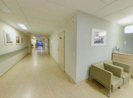 1 piętro – Pierwsza recepcja na położnictwie przy wejściu – widok na korytarz w kierunku II recepcji